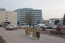 U nemocničního parkoviště, kam se přijíždí od benzinky Tank Ono, už je připravený nový parkovací systém. Zkušební provoz zahájí v pondělí, platit se tam bude od května.