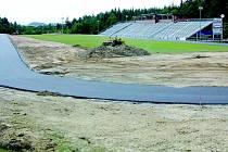 Novoměstský sportovní areál se za poslední dva roky změnil k nepoznání. Poslední novinkou je asfaltový okruh, který se však ještě do konce srpna rozšíří na pět metrů. Dohromady bude na konci srpna v areálu šest set metrů asfaltových tratí.