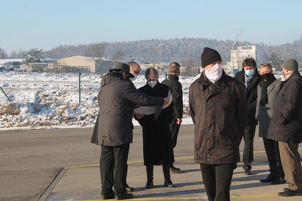 Šéf senátu Miloš Vystrčil se seznámil  s plány na novou halu.