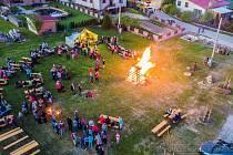 Hromadné pálení čarodějnic prozatím nepřipadá v úvahu. Mrkněte na to, jak se v Hodicích slavila Filipojakubská noc na novém místě u rybníku Kubičák v roce 2018.