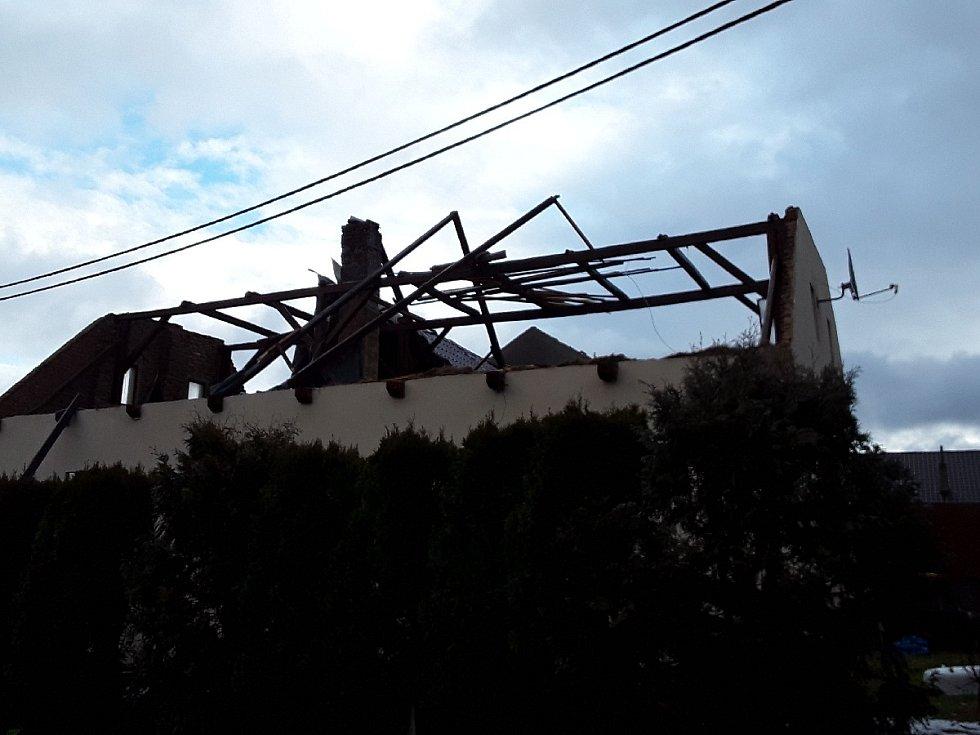 V Rohozné uvolnil vítr střešní krytinu na rodinném domě.