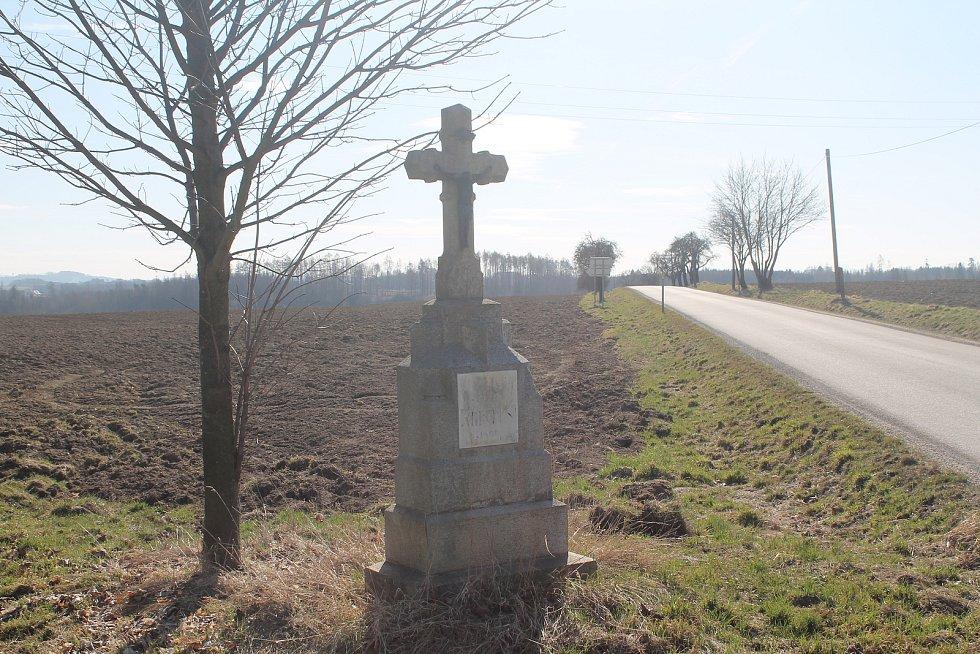 Kžižovatka před Puklicemi, jedna cesta vede na Luka nad Jihlavou, druhá na Střížov.