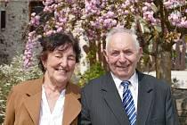 Manželé Dvořákovi oslavili šedesát let od své svatby, stále jsou spolu šťastní.