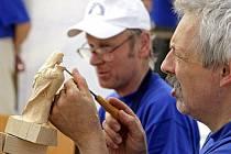 Řezbáři: U výroby figurek ze dřeva se odreagujeme a odpočineme si.