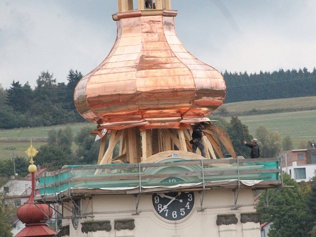 V Brtnici se podařilo na třetí pokus usadit opravené střechy věže farního kostela svatého Jakuba v Brtnici