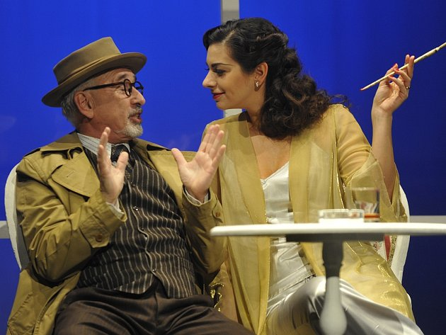 Na fotografii Marta Ondráčková v hlavní roli kriminální retrokomedie Woodyho Allena Prokletí nefritového škorpiona, s Milanem Šindelářem (vlevo).