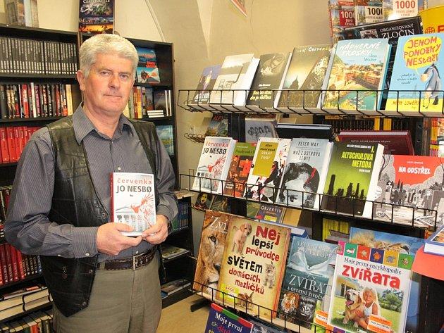 Miroslav Klusák s výběrem dvanácti novinek, které se ve čtvrtek objevily na pultech knihkupectví.