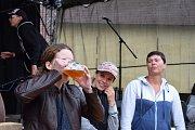 Pivo z minipivovarů, soutěže pro odvážné, výborné jídlo, hudební program i skvělou zábavu. To všechno nabídl Pivní fest v Telči.