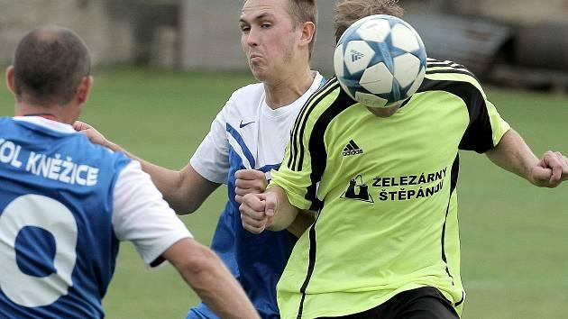 Fotbalisté Kněžic (v modrobílých dresech) se v neděli představí před svými fanoušky. O body se poperou od 16.30 s Kozlovem.
