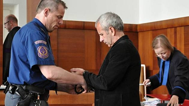 Kriminalisté Stanislava Havlíčka vinili ze série bezmála třiceti přepadení bank a heren po celé zemi.  Havlíček, kterého policisté přezdívají podle typické bundy Bomberman, se přiznal jen k přepadení v Havlíčkově Brodě.