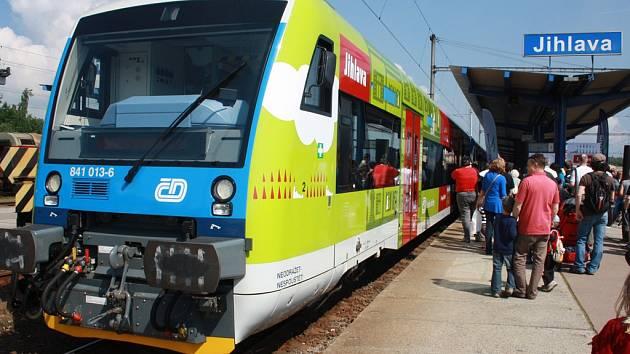Na nově reklamou polepeném vlaku Jihlavu mohou cestující naleznout několik ježků symbolu města.