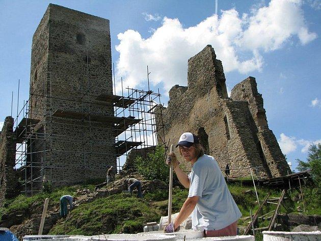 Dva paláce, mohutná hranolová věž a systém opevnění hradu Rokštejna mají historické kořeny v původním jádru hradu o ploše 21 krát 19metrů z poslední čtvrtiny 13. století. Na snímku brigádník míchá vápno zedníkům.