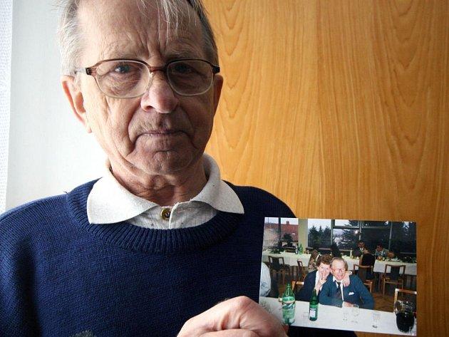 Jaroslav Máca z Hodic ukazuje poslední fotografii, kde je se svou zesnulou ženou. Finanční kompenzaci, kterou mu nabídly Služby města Jihlavy, odmítl.