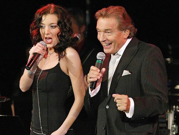 Zpěvačka Dasha (na snímku) byla Karlu Gottovi partnerkou na jevišti v úvodu koncertu. Slavík nechal ve vyprodaném jihlavském domě kultury zaznít své největší hity.