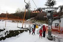Lyžařské areály na Jihlavsku stojí, vlekaři už sčítají ztráty za sezonu, jejíž start je stále v nedohlednu. Výjimkou už dva týdny zůstává areál Šacberk na severozápadním okraji krajského města, kde se dalo lyžovat i na Štědrý den.