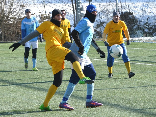 Divokým výsledkem 4:4 skončilo derby mezi Dobronínem (v modrém) a Lukami nad Jihlavou (ve žlutém).
