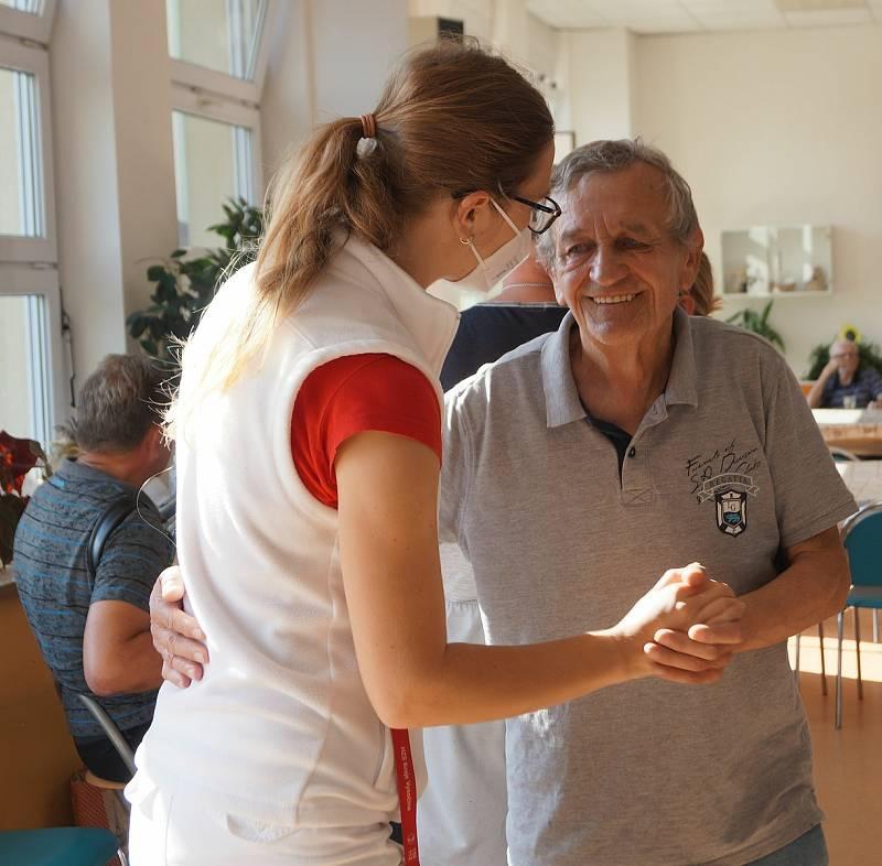 Rozloučení s létem se v domově pro seniory v jihlavském Lesnově neslo ve znamení krásného počasí a grilovačky.