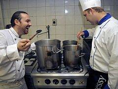 Kuchař a také hoteliér v jedné osobě je Martin Hašek (vlevo), který do jídelníčku svého podniku v Lipnici nad Sázavou pravidelně řadí ijídla našich babiček.