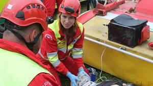 Záchranáři cvičili na poli u Brtnice situaci, kdy traktor přejel člověka a amputoval mu nohu.