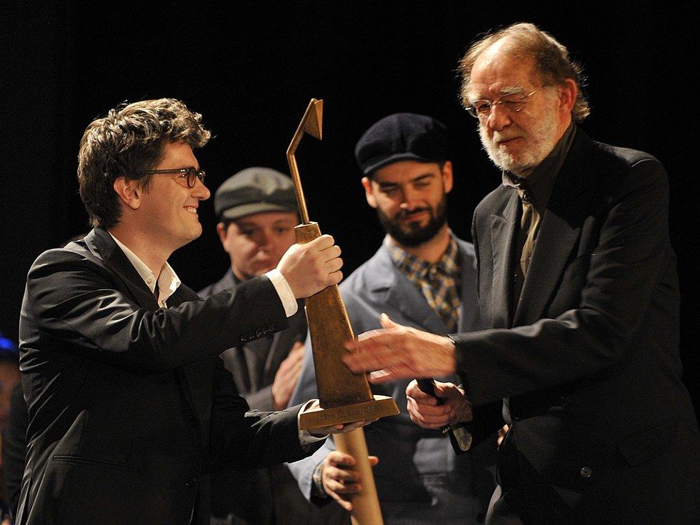 Cenu za přínos světové kinematografii převzal z rukou ředitele jihlavského festivalu Marka Hovorky americký filmař Godfrey Reggio (vpravo).