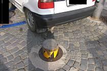 Při vjíždění do pěší zóny  došlo k poškození vozidla Škoda Felicia. Z dosud nezjištěné příčiny došlo k vysunutí sloupku, který zamezuje vjezdu do pěší zóny.
