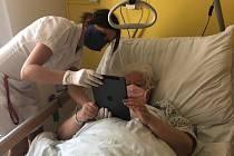 Tablet na oddělení je vyhrazen pro komunikaci pacientů s blízkými.