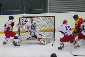 Hokejisté SK Telč (v bílém) vždy setrvávali ve vysočinských soutěžích se na Krajskou ligu se těší.