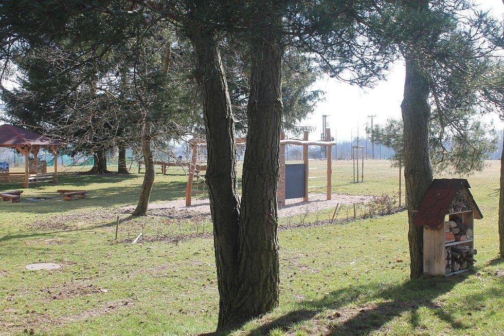 Okolí školy a školky nyní zeje prázdnotou.