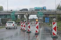 Opravy mostu nad dálničním přivaděčem.