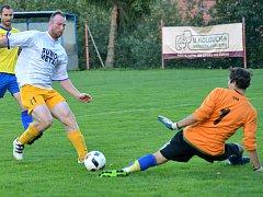 Loucký Filip Toman (v bílém dresu) zvýšil s Velkou Bíteší B na 2:0. Jeho tým nakonec přidal ještě jeden gól.