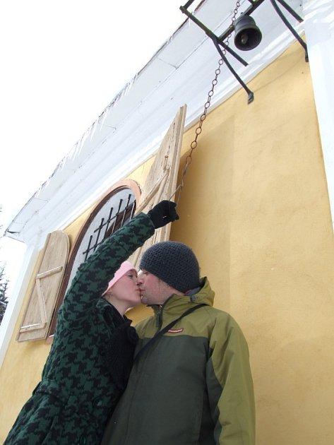 Svátek zamilovaných si v neděli u kaple svatého Antonína na Rounku připomněly stovky lidí.