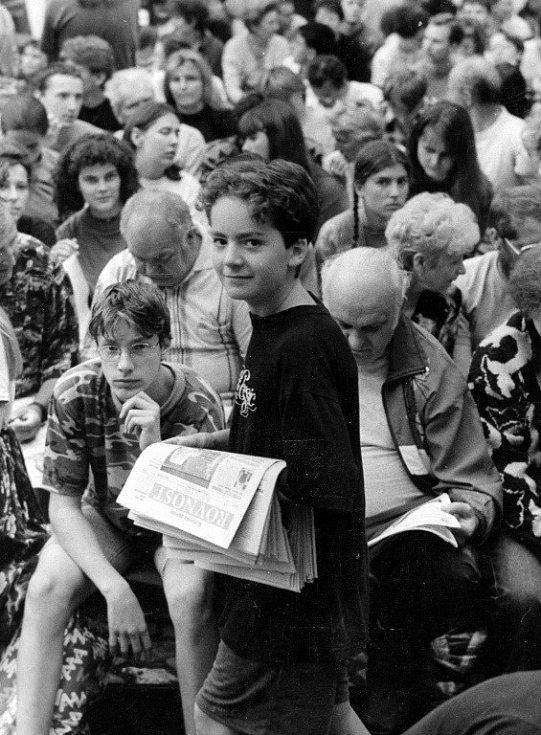 S roznášením zpravodajů na festivalu Vojtěch začínal, na snímku je s ním i jeho žena Kateřina (dívka s černými kudrnatými vlasy na pozadí vlevo). Tehdy ještě netušili, že je život svede dohromady.