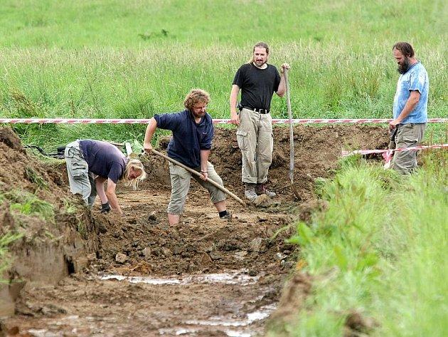 Hrob s kosterními ostatky minimálně třinácti lidí byl u Dobronína odkryt letos v srpnu. Stalo se tak po předchozím pátrání policie, k němuž dal popud jihlavský badatel Miroslav Mareš.