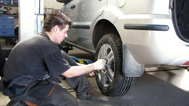 Technici v pneuservisech v těchto dnech rozhodně nezahálí. Denně jim projdou  rukama desítky pneumatik a vozů různých značek.