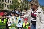 Stovky dětí ze základních i mateřských škol z Jihlavy i okolí se na jihlavském Masasrykově náměstí dnes účastnily oslav Dne Země.