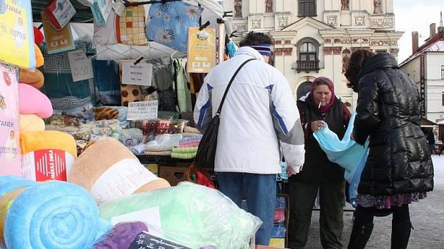 Dnes mají lidé poslední možnost nakoupit dárky pod stromeček na vánočních trzích. Trhovci začínají pomalu balit zboží a sčítat tržby.