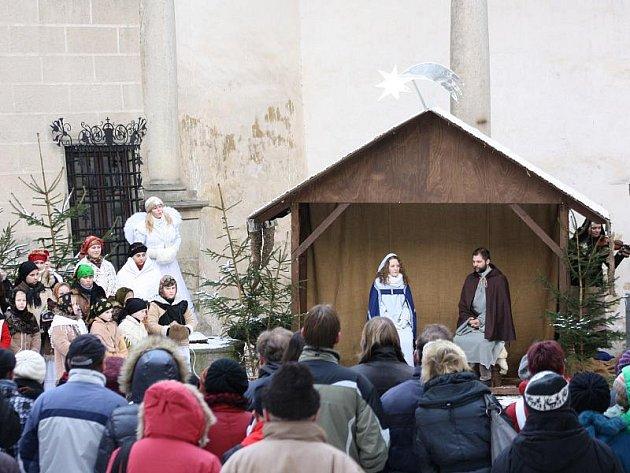 Na zámku v Telči se minulou neděli odehrával příběh narození Ježíška v podání folklorního souboru Podjavořičan. V komponovaném pořadu na zámeckém nádvoří nebyla nouze o krásné písně a taneční vystoupení.