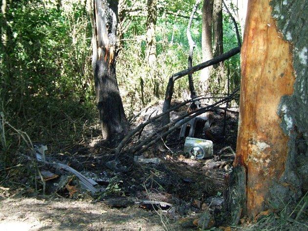 Ještě v pondělí vzbuzovalo místo tragické autonehody děsivý dojem. Mezi ohořelými stromy zůstaly díly z nabouraného automobilu.