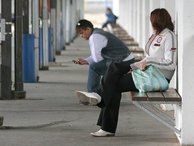 Chce to vylepšit. Cestující na jihlavském autobusovém nádraží při čekání na svůj spoj postrádají hned několik jinde běžných služeb. Mimo jiné jim chybí kvalitní občerstvení s dostatečně dlouhou otevírací dobou nebo vhodný informační systém.