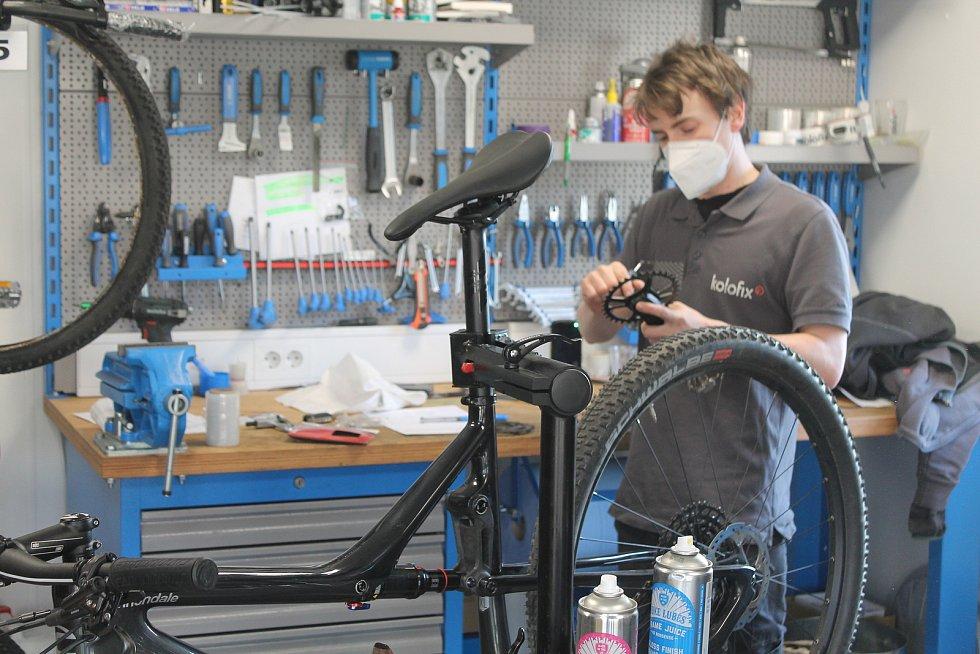 Jihlavský cykloservis Kolofix má na začátku jara napilno, o seřizování kol je velký zájem. Jinde jsou na tom podobně.