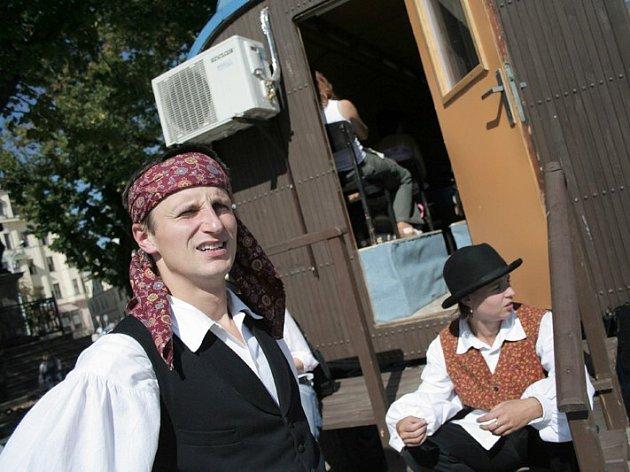 Jakub Škrdla(v popředí) člen nezávislého divadelního souboru T.E.J.P.