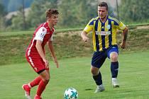 Dobronín (v pruhovaném) začal sezonu vítězně, ačkoliv dohrával proti Dukovanům oslabený.