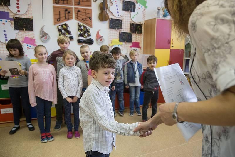 Předávání vysvědčení pro velmi nadané děti v jihlavské Základní škole v ulici Demlova.