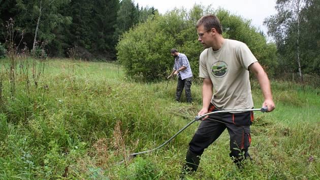 Na práci do mokřadu, přírodního území na rozhraní vody a souše, zvali odborníci z nového sdružení při zářijovém kosení trav zájemce z řad veřejnosti.