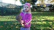 Lucinka s bedlou, kterou tento týden u Hodic našel její děda Láďa.