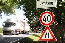 Čtyřicítka by zmizela. Podle obyvatele osady Rytířska Jana Šerého řidiči omezení rychlosti na 40 kilometrů v hodině často nedodržují. Pokud vyroste obchvat Rytířska a Jamného, tímto místem už doprava z Jihlavy na Žďár nad Sázavou nepojede.