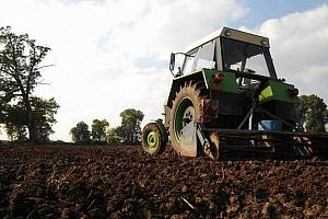 Kvůli chladnému počasí se zemědělci zpozdili s pracemi oproti normálu až o čtrnáct dní.