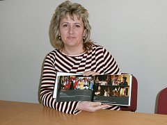 Sborník, který zachycuje padesát let Třešťského divadelního jara, představila místostarostka Třeště Eva Požárová v roce 2012.
