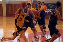 Jihlavští basketbalisté (ve světlém) se v Boleslavi i Jičíně museli před domácími hráči sklonit.