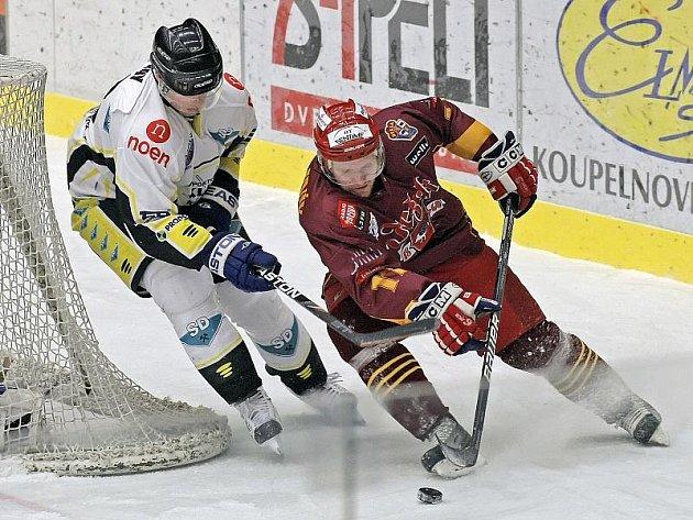 Až v sedmé třetině zápasů ve Znojmě protrhl střeleckou smůlu Dukly Roman Maliník a pomohl týmu k postupu.